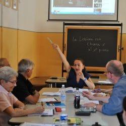 insegnante marina che fa lezione di italiano